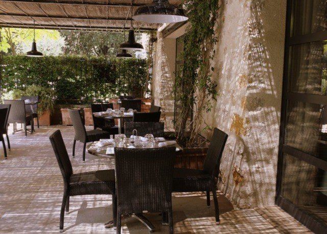 chair property restaurant Dining Courtyard home backyard porch cottage outdoor structure Patio