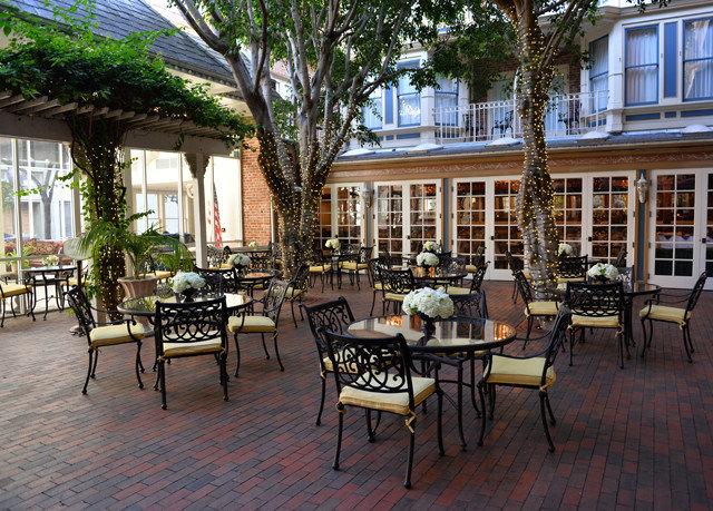 chair property Resort restaurant outdoor structure Courtyard cottage condominium Dining