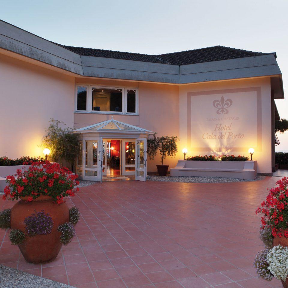 Elegant Exterior sky building house property home Villa hacienda mansion Resort backyard Courtyard cottage