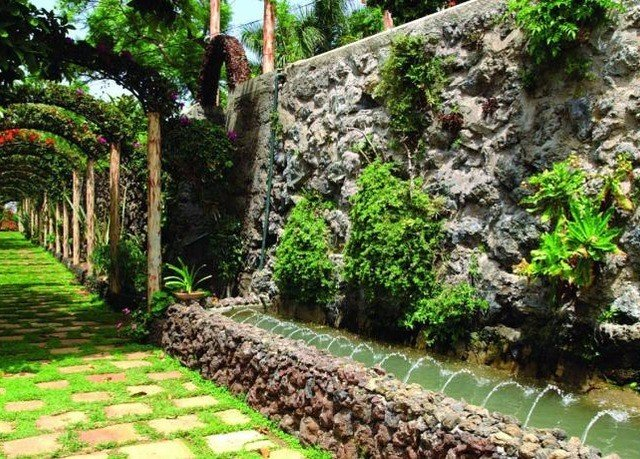 tree grass rock Garden botany yard backyard flower landscape architect lawn botanical garden shrub Courtyard landscaping stone outdoor structure plant surrounded lush walkway