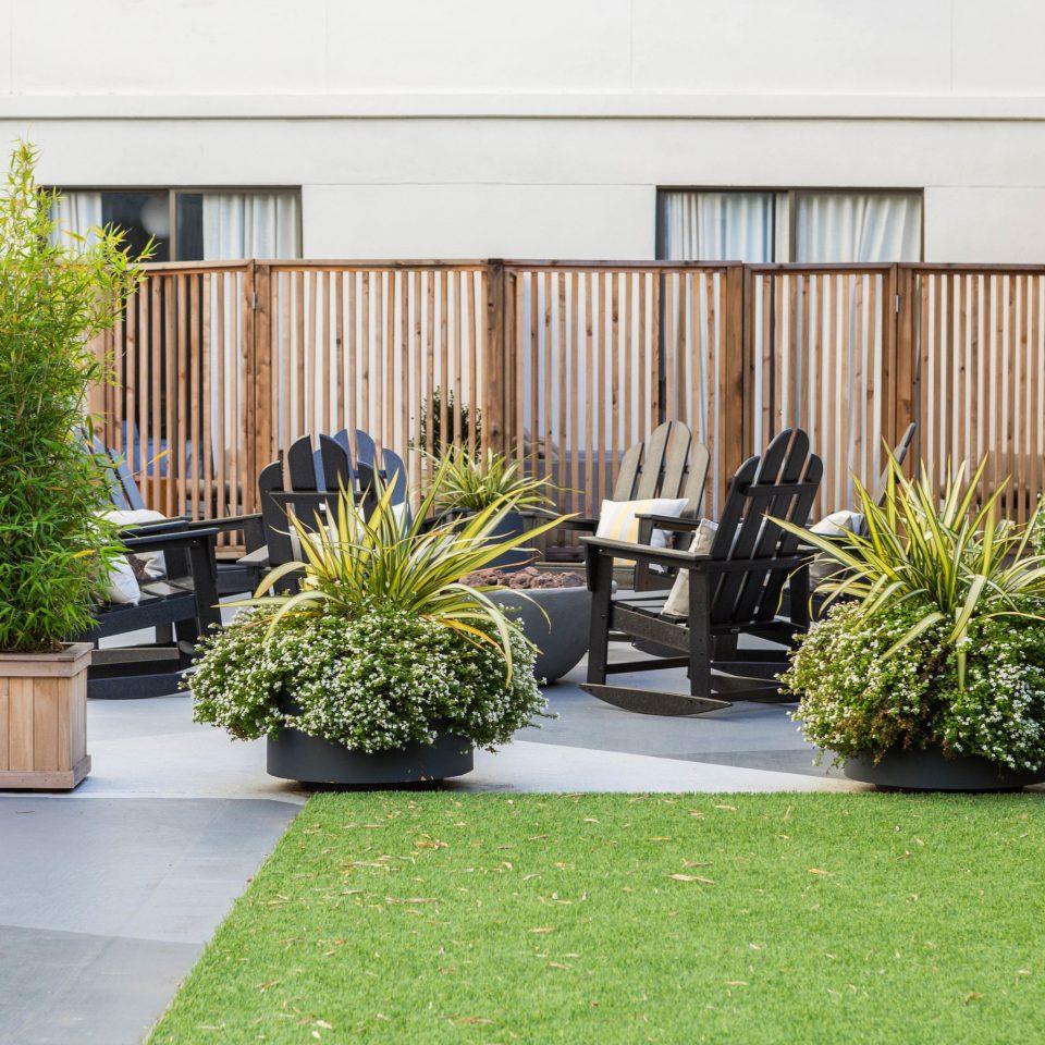 grass property Courtyard plant home backyard yard landscape architect Garden lawn outdoor structure flooring landscaping condominium porch stone