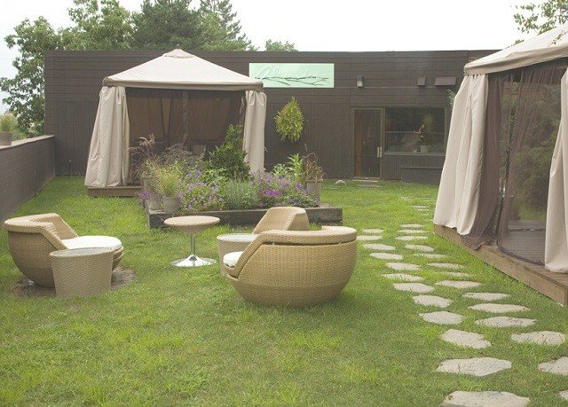 grass property backyard yard lawn outdoor structure Patio cottage Garden Courtyard