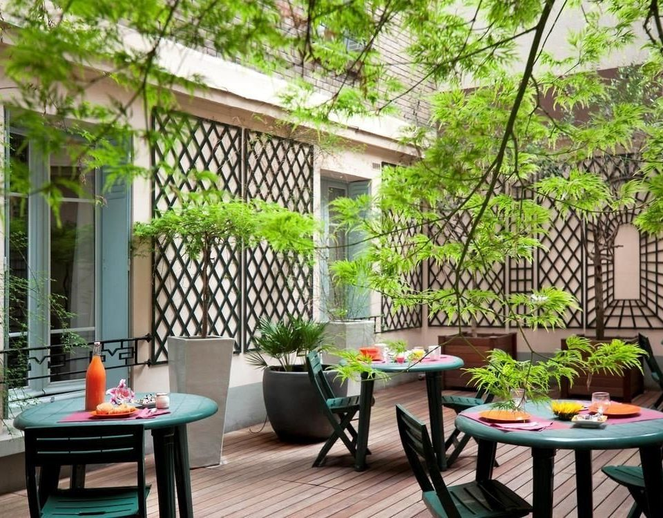 tree property backyard Courtyard home yard outdoor structure cottage Garden porch Resort Villa Patio condominium