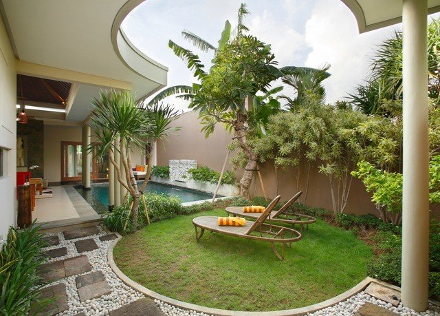 tree property building Courtyard porch backyard yard home arecales plant palm tree house Garden landscaping grass outdoor structure Patio houseplant Villa Resort palm