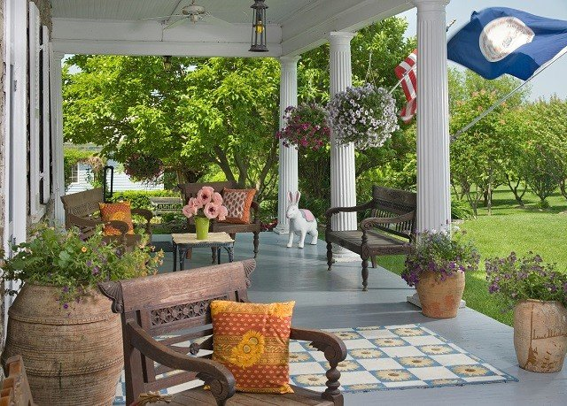 tree property porch backyard Courtyard home outdoor structure yard Patio cottage Villa Garden pergola