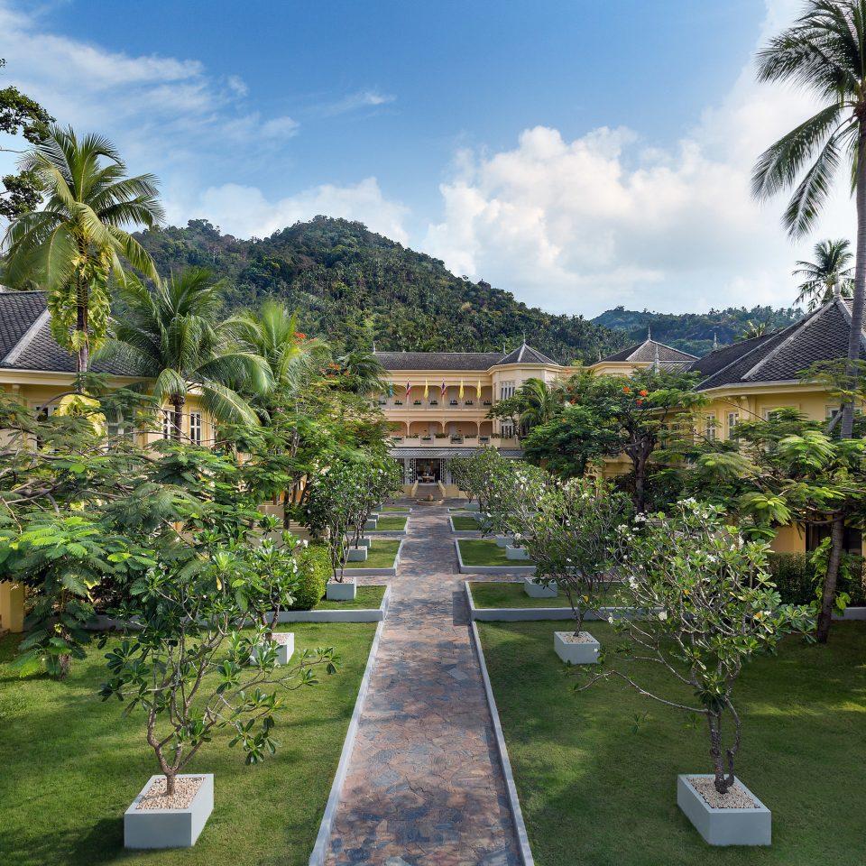 tree sky grass property Resort house arecales Village condominium Garden Villa Courtyard hacienda plant palm