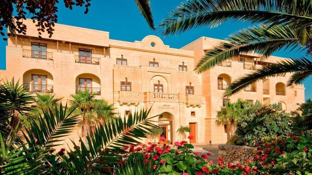 tree building plant Garden palm property Resort flower home hacienda Courtyard arecales Villa mansion palace condominium plaza bushes colorful