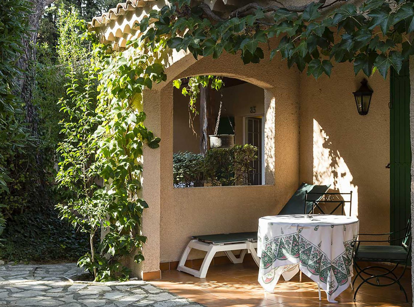 tree house property home Courtyard plant Villa backyard cottage porch outdoor structure hacienda mansion yard Garden