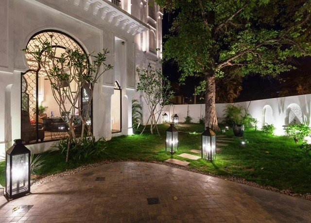 tree grass ground property Courtyard house building home backyard hacienda yard mansion Villa residential area Garden landscape lighting outdoor structure cottage