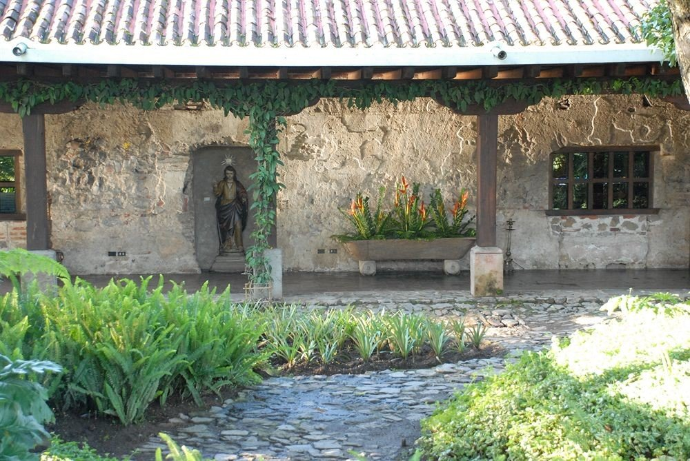 grass property Garden cottage Courtyard Villa yard outdoor structure backyard hacienda Village plant stone