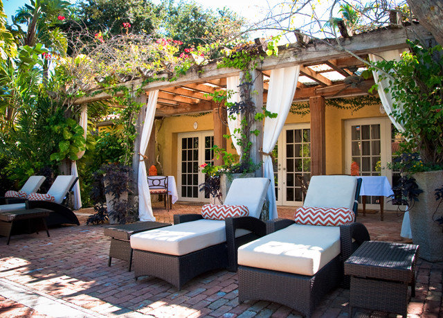 tree property Resort cottage Villa outdoor structure home backyard Courtyard yard Patio