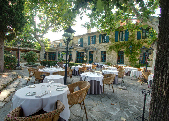 tree property chair Courtyard Resort restaurant backyard home cottage Villa yard condominium outdoor structure Patio