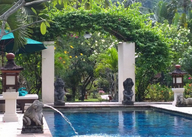 tree swimming pool property Resort Villa condominium Courtyard backyard mansion water feature swimming