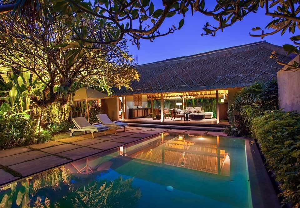 tree swimming pool property backyard house Resort home Villa landscape lighting mansion Courtyard outdoor structure