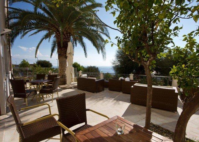 tree property Resort Villa hacienda Courtyard condominium cottage eco hotel outdoor structure palm shade