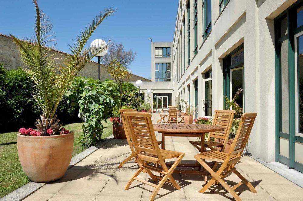 property home Courtyard outdoor structure condominium backyard porch cottage Villa