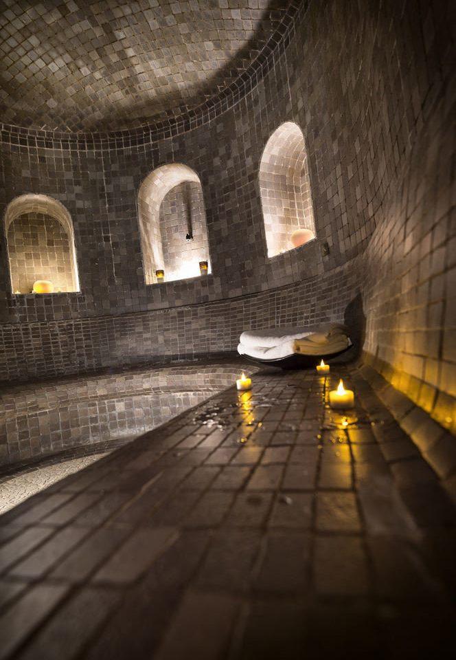 tunnel darkness light screenshot crypt symmetry walkway