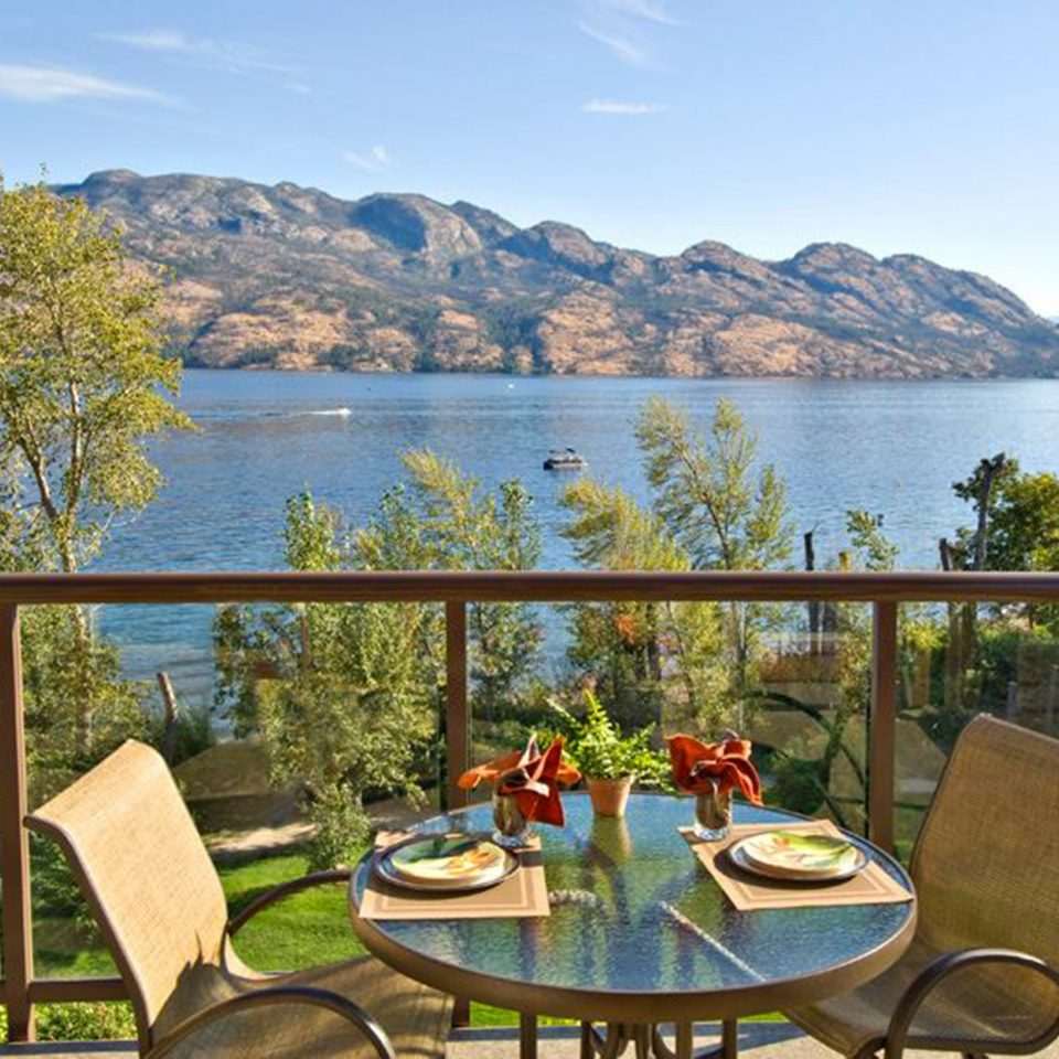 Dining Drink Eat Lake Mountains sky water mountain overlooking leisure property chair Resort Villa Deck