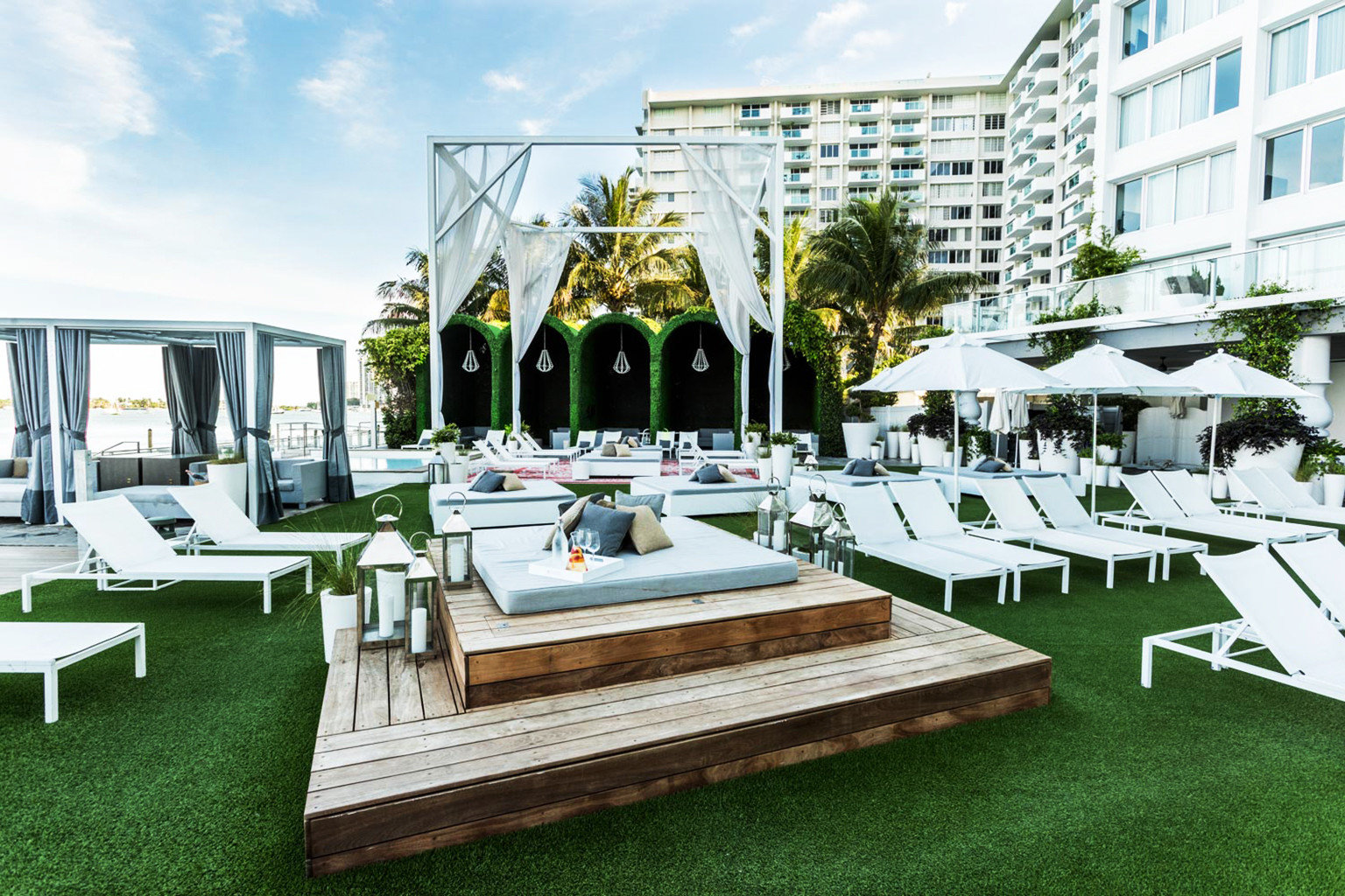 Drink Garden Lounge Resort Rooftop grass leisure property house condominium home mansion Villa swimming pool outdoor structure backyard dock Deck