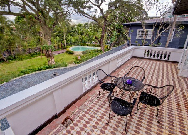 tree property swimming pool home backyard Deck outdoor structure Villa cottage mansion Resort walkway