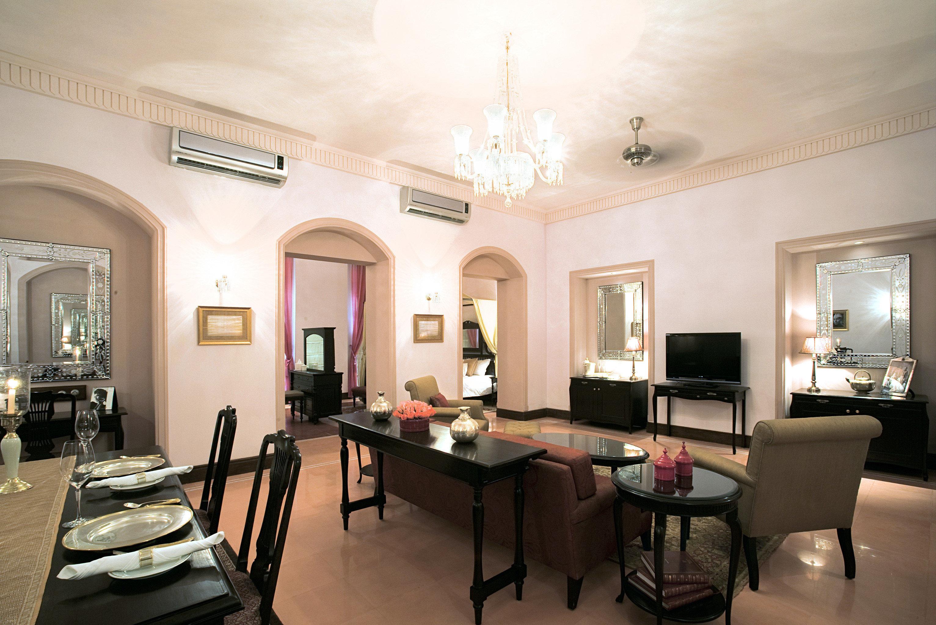 Dining Drink Eat Elegant Luxury Resort property chair living room home Suite Villa condominium mansion leather