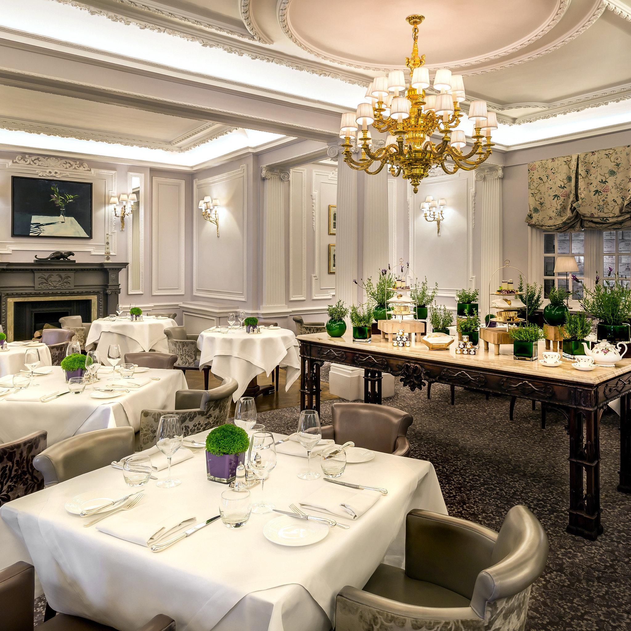 Dining Drink Eat Resort function hall banquet living room ballroom floristry mansion restaurant Suite centrepiece