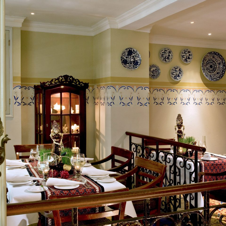 Dining Drink Eat Resort property home restaurant living room shelf dining table