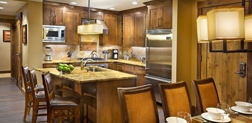 Kitchen property Dining cabinetry home cuisine classique cottage countertop Suite appliance dining table