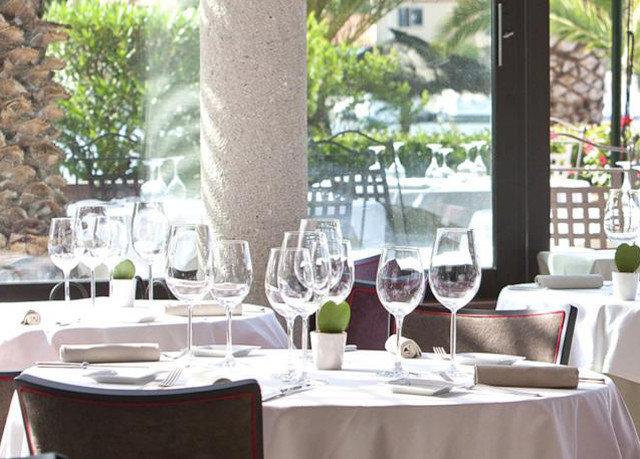 restaurant Dining banquet Resort function hall brunch dining table
