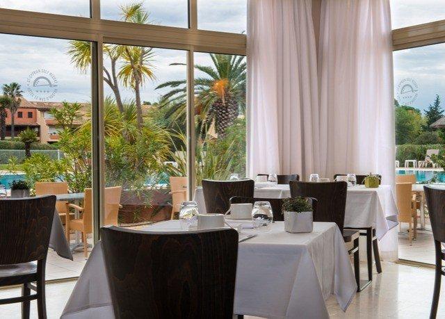 chair property restaurant Dining Resort condominium Suite