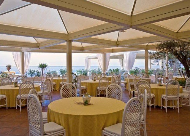 chair Dining property Resort function hall restaurant Villa banquet palace