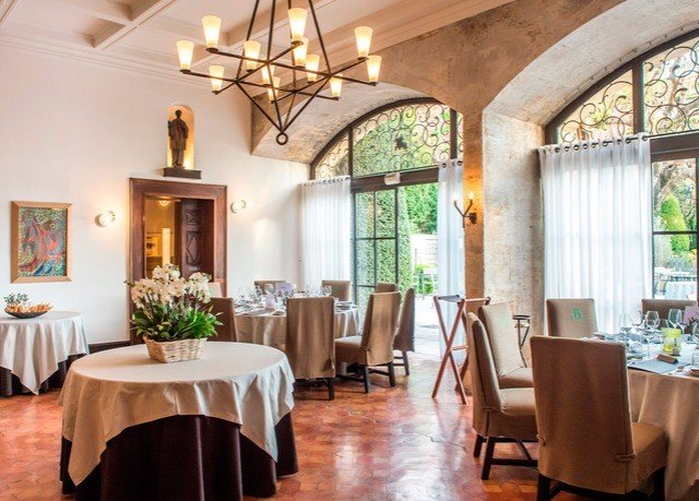 chair property Dining restaurant home cottage Villa living room farmhouse Resort hacienda nice function hall dining table