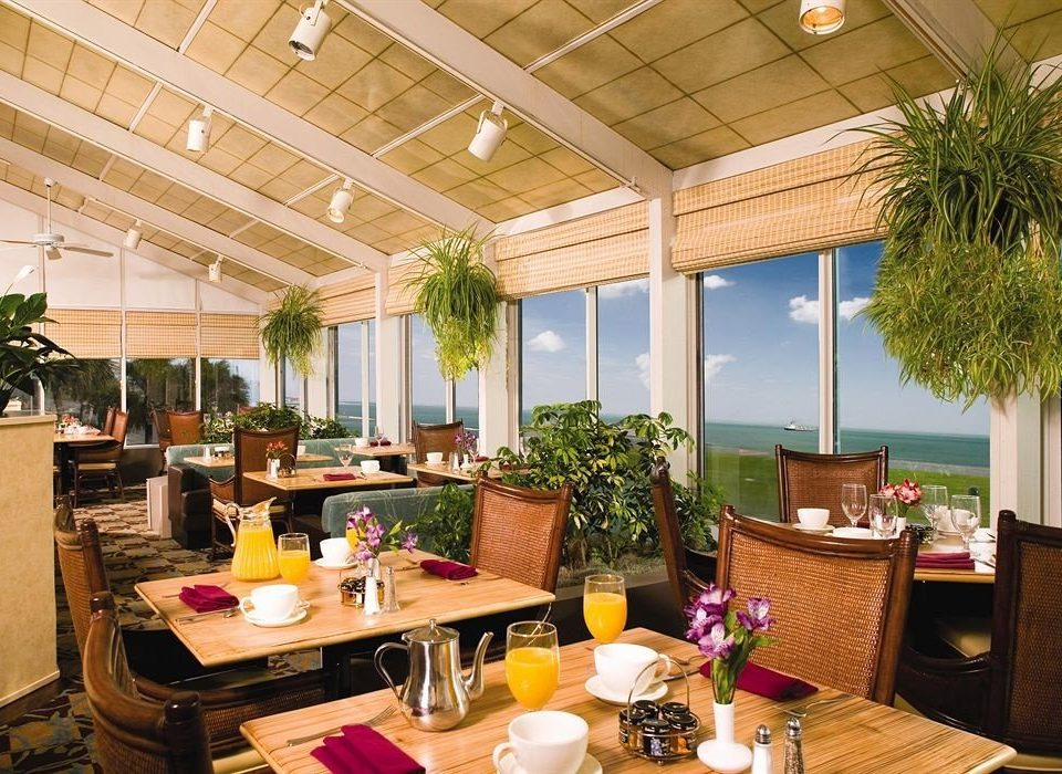 Dining Waterfront property Resort home restaurant condominium cottage Villa living room