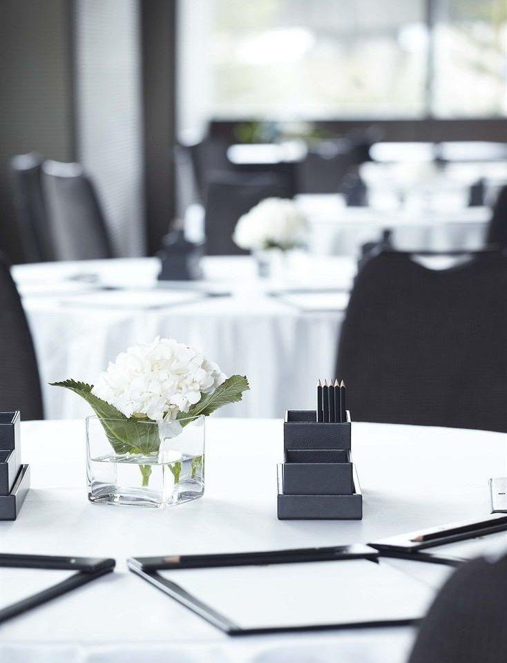 lighting restaurant dining table
