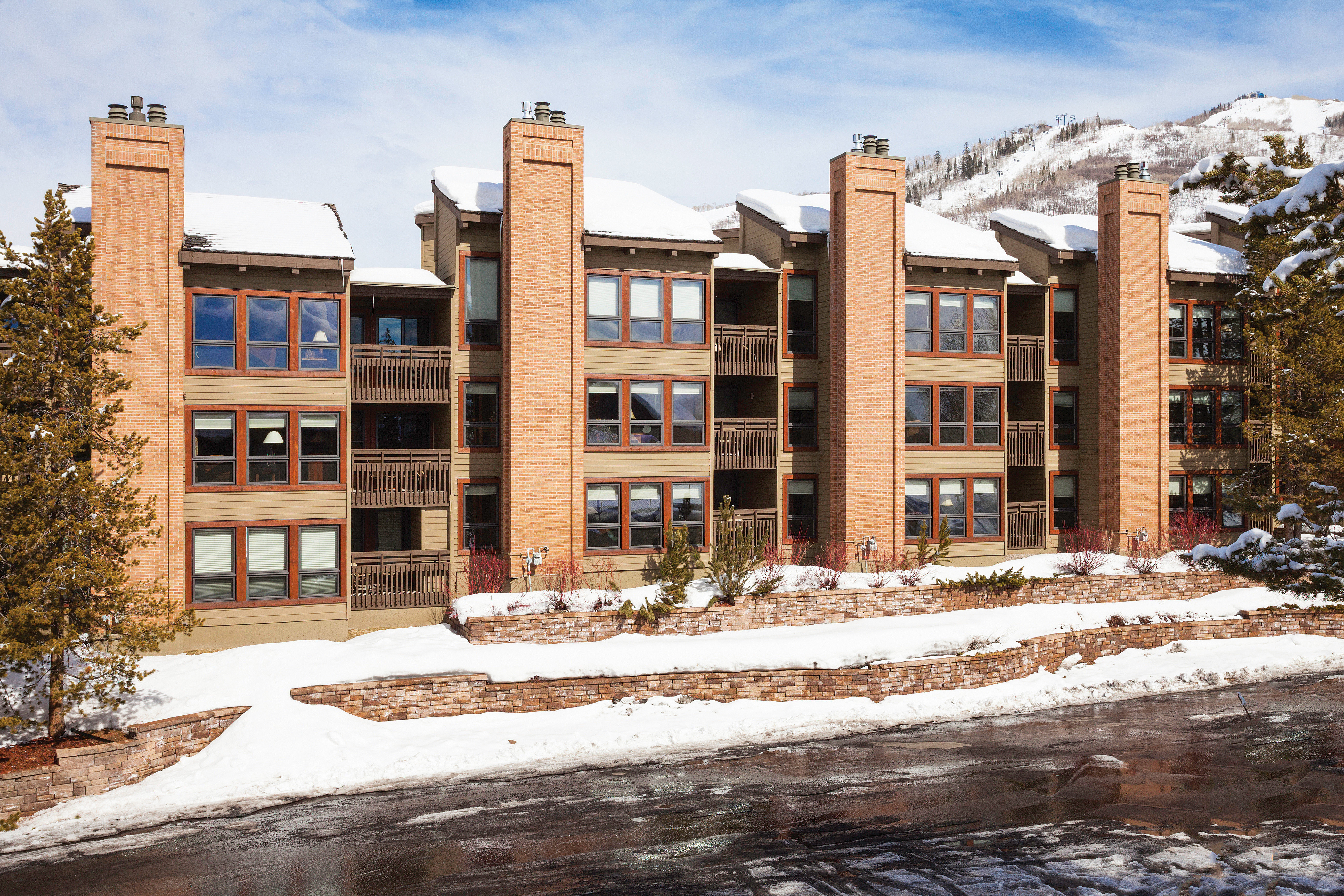 Grounds Lodge Outdoors Scenic views Ski snow sky building Winter neighbourhood weather residential area season home Downtown apartment building