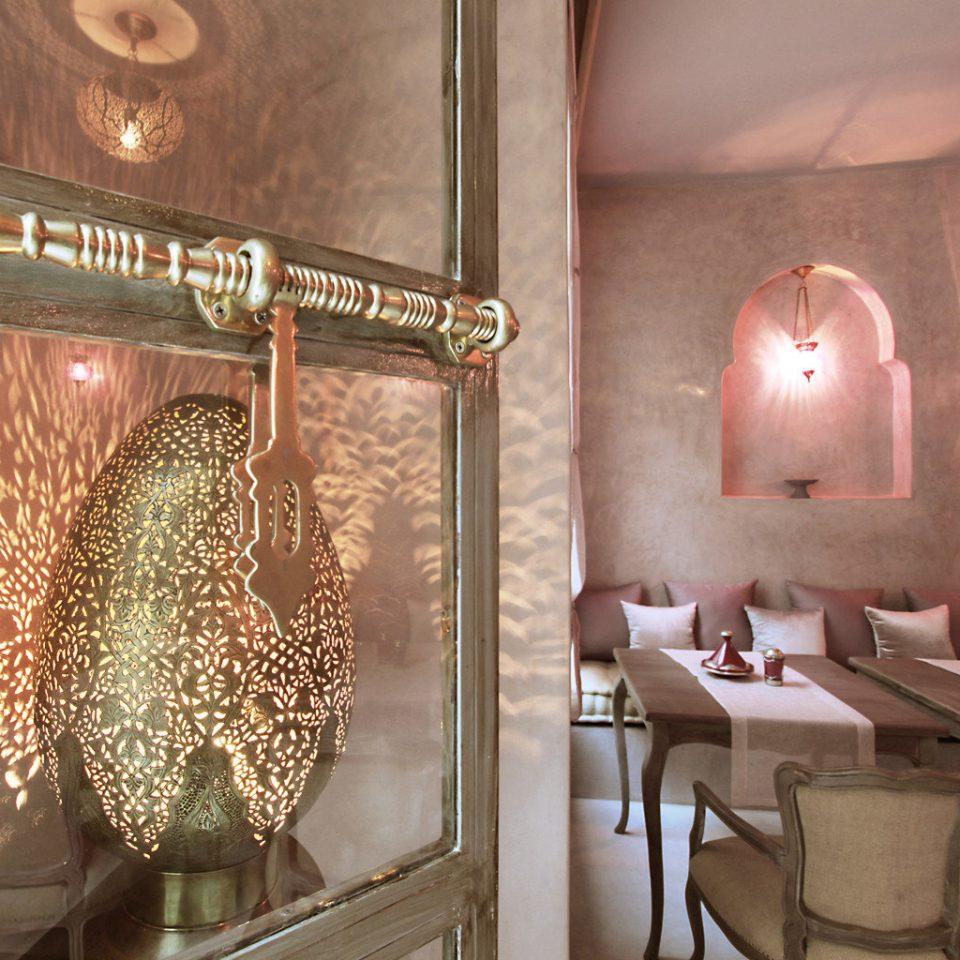 Drink Eat Lounge restaurant lighting