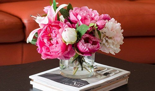 Hotels table flower flower arranging plant pink indoor floristry flower bouquet cut flowers centrepiece floral design land plant petal art bouquet flowering plant peony