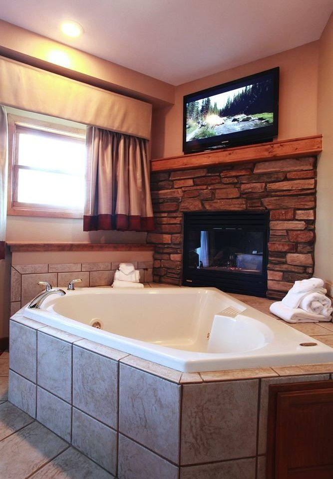 Entertainment Fireplace Hot tub Hot tub/Jacuzzi Resort property swimming pool bathroom home Suite jacuzzi cottage bathtub tile