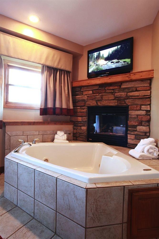 Entertainment Fireplace Hot tub Hot tub/Jacuzzi Resort property swimming pool bathroom home Suite jacuzzi cottage bathtub tile