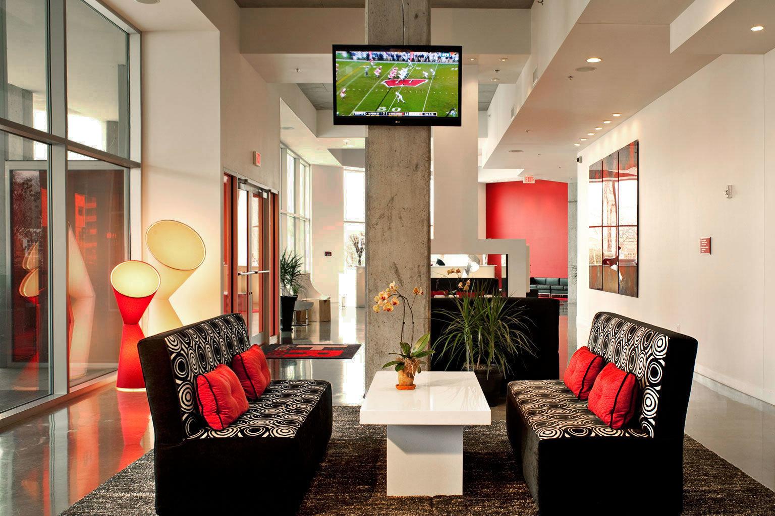 Entertainment Resort property Lobby living room red home condominium rug