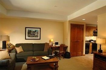 Entertainment Lounge Luxury property living room home hardwood Suite condominium cottage Villa