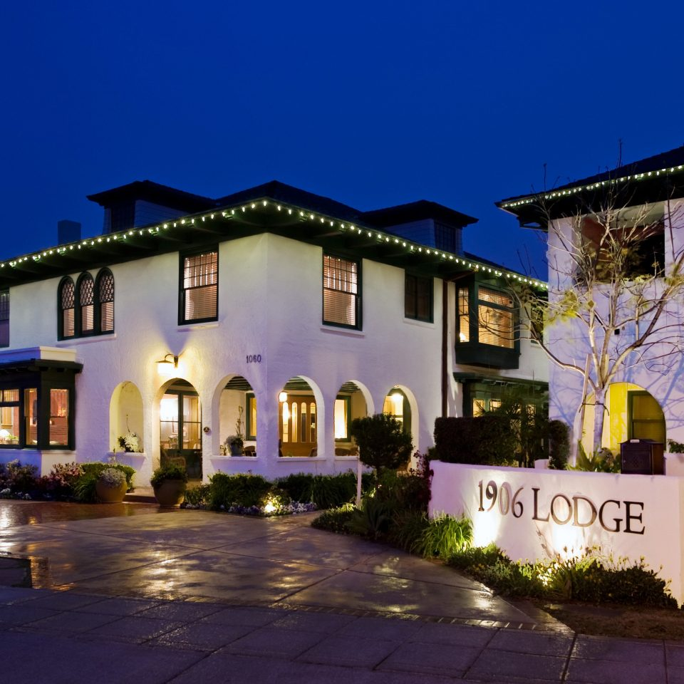 Exterior Inn Lodge Romantic building sky house property Town home neighbourhood night Resort residential area evening mansion Villa