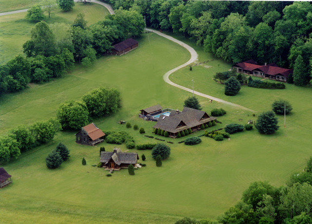 tree grass structure aerial photography sport venue bird's eye view golf course lush golf club grassy green residential area rural area lawn plain mansion hill Golf Farm race track meadow hillside traveling surrounded