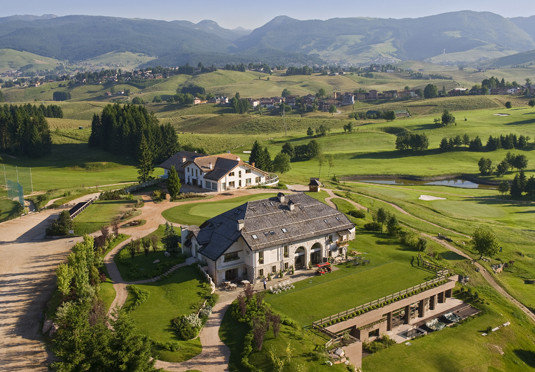 grass mountain bird's eye view structure aerial photography photography sport venue plain Nature residential area hill field rural area agriculture landscape Farm golf course mansion Village stadium lawn lush road hillside highland