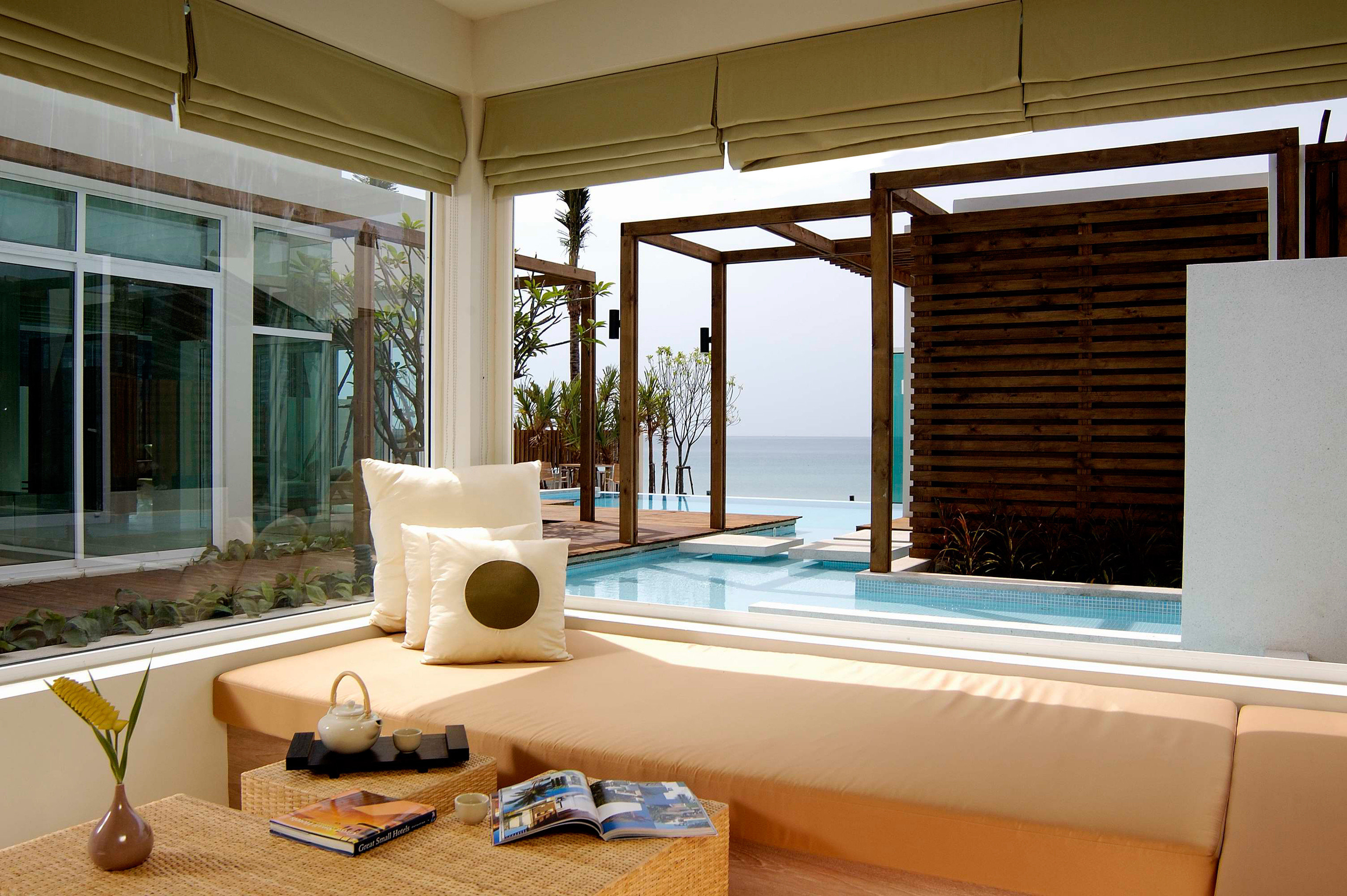Hip Lounge Luxury Modern Pool property living room building home house condominium Fireplace cottage Villa Suite stone