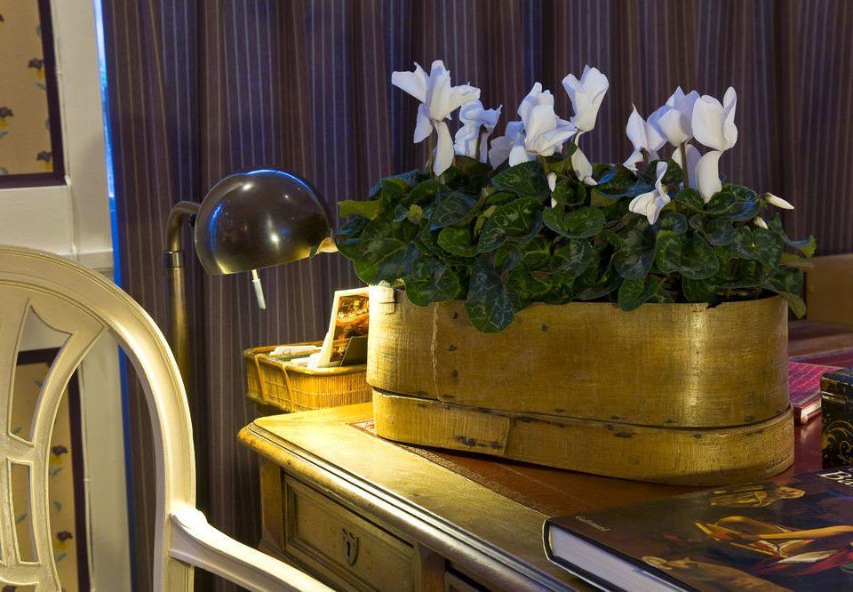 flower restaurant living room