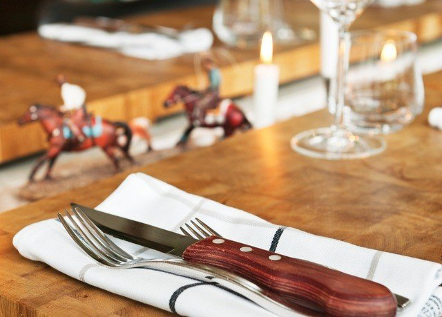 plate food wooden restaurant