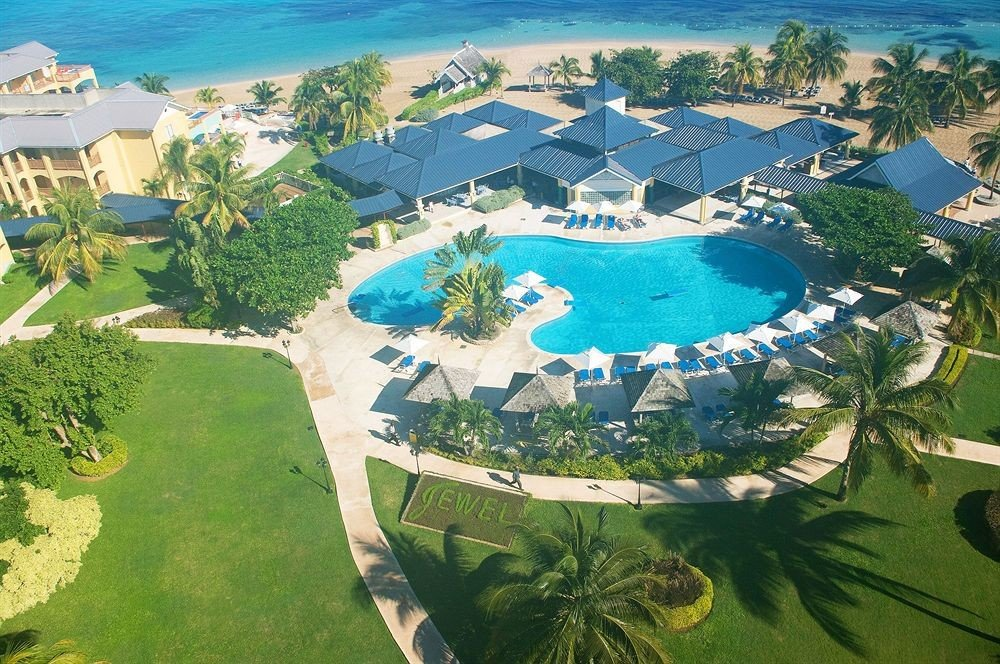 grass bird's eye view aerial photography leisure Resort property Nature ecosystem Golf sport venue Water park green swimming pool plant mansion marina Garden day
