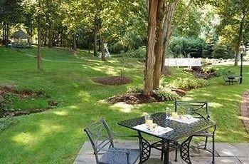 grass tree park property Picnic lawn backyard yard Garden cottage porch Patio Villa outdoor structure plant shade