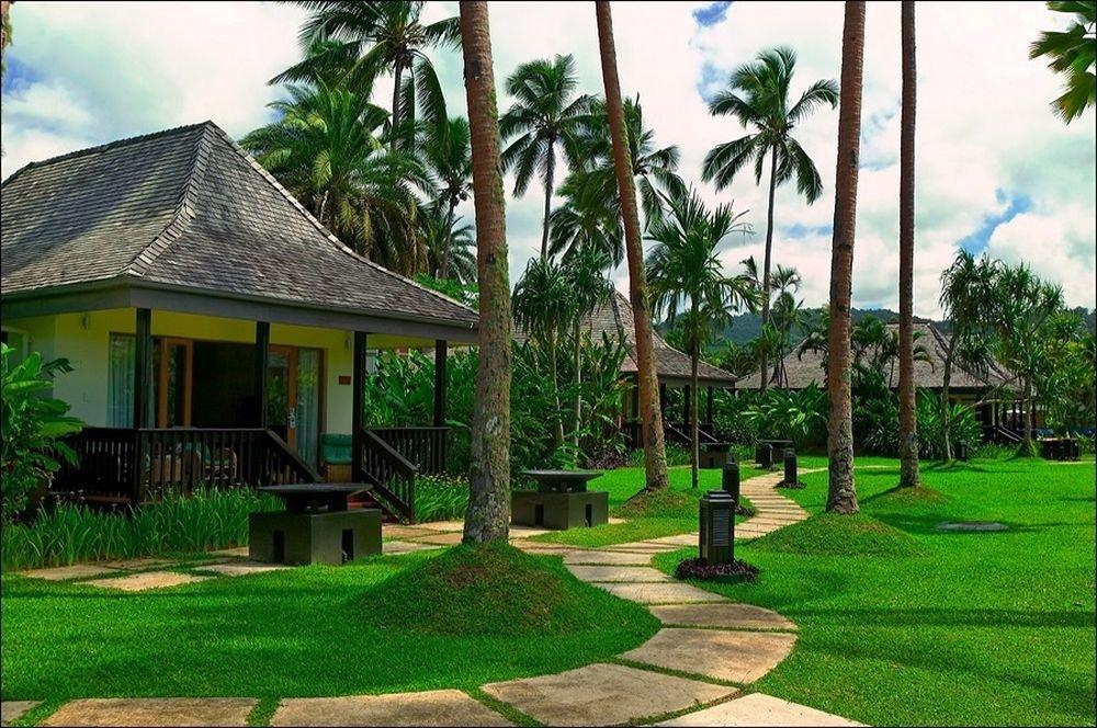 grass tree sky Resort green arecales home lawn backyard plant Garden condominium lush